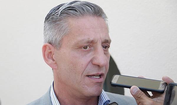 """El gobernador de Chubut pidió que Macri """"de un paso al costado"""""""